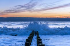 Travando as ondas na costa de New-jersey foto de stock royalty free