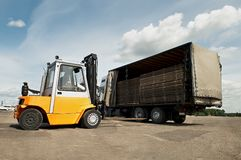 Travaux d'entrepôt de chargeur de chariot élévateur images stock