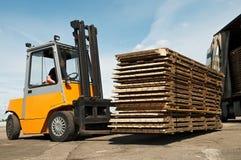 Travaux d'entrepôt de chargeur de chariot élévateur Image stock