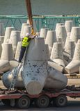 Travaux dans le port Brise-lames de tetrahedra photographie stock