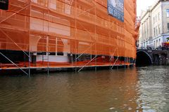 Travaux de construction au-dessus du canal, emballé dans l'orange photographie stock libre de droits