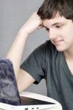 Travaux de l'adolescence sur l'ordinateur Image stock
