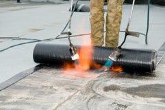Travaux de revêtement de toit plat Image libre de droits