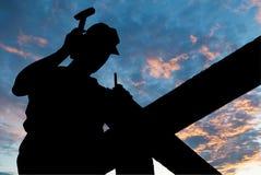 Travaux de toiture de marteau Photographie stock libre de droits