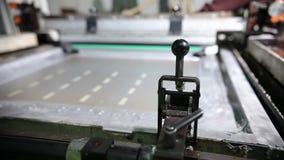 Travaux en gros plan de machine impression dans une Chambre impression banque de vidéos
