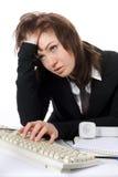 travaux fatigués de femme d'ordinateur de gestion Photographie stock libre de droits