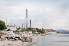 Travaux métallurgiques avec de la fumée. Mariupol, Ukraine photographie stock libre de droits