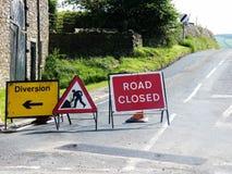 Travaux routiers avec le signe de déviation Photographie stock libre de droits