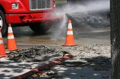 Travaux routiers de pulvérisation de camion Photos stock