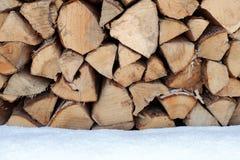Travde journaler utanför i snön Royaltyfri Foto