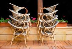 Travde stolar framme av fönstret Royaltyfria Bilder