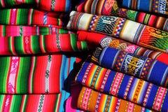 Travde traditionella peruanska färgrika textiler Arkivbild