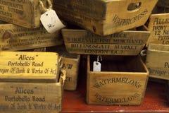 Travde upp tomma spjällådor som är till salu på den Portobello vägen i Notting Hill, London Arkivbild