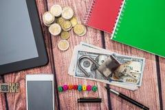 trave, cédula do dólar, moeda, tabuleta e telefone Fotos de Stock Royalty Free
