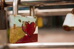 Trave com um coração vermelho Fotografia de Stock Royalty Free