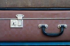 Trave e segure na mala de viagem velha Fim acima Imagens de Stock Royalty Free