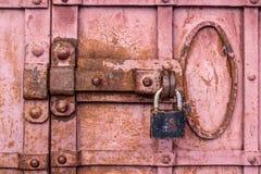 Trave em uma porta velha do metal Fotografia de Stock