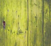 Trave na porta de madeira amarela Fotografia de Stock Royalty Free