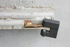 Trave na porta do metal foto de stock