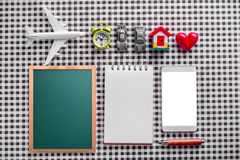 Travel concept with corkboard smartphone Stock Images