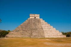 Anicent Maya mayan pyramid El Castillo Kukulkan in Chichen-Itza, Mexico stock photo
