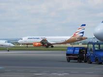 Travel Service Airbus A320, der in Ostrava mit einem Taxi fährt Lizenzfreie Stockfotografie