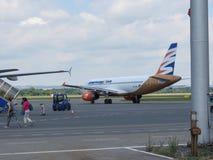 Travel Service Airbus A320, der in Ostrava mit einem Taxi fährt Lizenzfreie Stockfotos