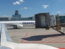 Travel Service Canaria Boeing 737-900 parkujący w Praga obraz stock