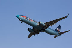 Travel Service Węgry Boeing 737-800 HA-LKE zwiera przed lądować przy Ferihegy Liszt Ferenc lotniskiem fotografia stock
