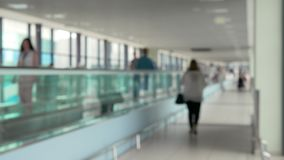Travelator com os povos no aeroporto vídeos de arquivo