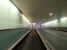 Travelator på den heathrow flygplatsen Arkivfoton