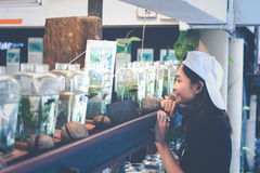 Travelerмолодой женщинынаблюдая воюя рыбу в бутылках на Стоковые Изображения RF