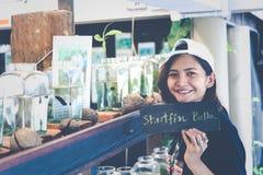 Travelerмолодой женщинынаблюдая воюя рыбу в бутылках на Стоковое Изображение