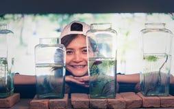 Travelerмолодой женщинынаблюдая воюя рыбу в бутылках на Стоковые Фото