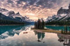 Free Traveler Canoeing With Rocky Mountain Reflection On Maligne Lake At Spirit Island In Jasper National Park Stock Photos - 173146283