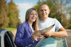 Traveler couple looking at the map. On the country road Royalty Free Stock Photos