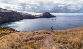 The traveler on a rocky ocean coast Royalty Free Stock Photos