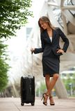 Traveling business woman smiling in the city Royalty Free Stock Images