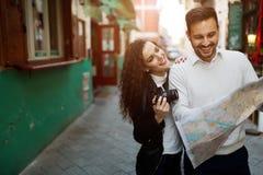 Traveling couple enjoying city Royalty Free Stock Photos