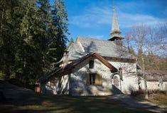 traveling Een kerk in de diepten van een bos royalty-vrije stock foto