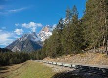 traveling Een mooi landschap Alpicbergen, bos royalty-vrije stock afbeeldingen