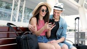 traveling Pares usando el teléfono, transporte que espera cerca del aeropuerto almacen de metraje de vídeo