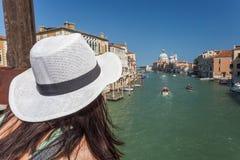 traveling Toerist die in hoed op Grand Canal letten stock afbeelding