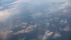 traveling Visión desde la ventana del aeroplano Opinión sobre las montañas metrajes