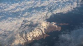 traveling Visión desde la ventana del aeroplano Opinión sobre las montañas Nubes de la pluma descripción metrajes