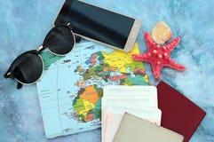 Traveller& x27; 在世界地图背景,顶视图的s辅助部件 旅行计划概念 免版税库存照片