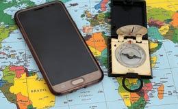 Traveller& x27; 在世界地图背景,顶视图的s辅助部件 免版税库存图片