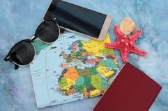 Traveller& x27; 在世界地图背景,顶视图的s辅助部件 库存照片