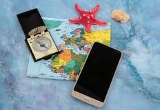Traveller& x27; 在世界地图背景,顶视图的s辅助部件 免版税库存照片