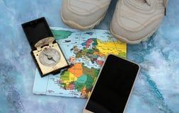 Traveller& x27; accesorios de s en el fondo del mapa del mundo, visión superior Imagenes de archivo